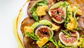 Bresaola, Avocado, Feigen u. Parmesankäse Stockbilder
