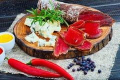 Bresaola curado cortado com especiarias e um ramo dos alecrins fotos de stock royalty free