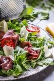 Bresaola de boeuf sec Tomates chaux d'épinards de bébé d'arugula de bresaola de salade et parmesan de fromage Images stock