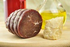 Bresaola van Valtellina, parmezaanse kaas en olijfolie stock afbeeldingen