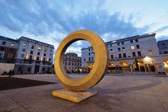 BRESCIA, el 8 de marzo de 2018: Una escultura moderna en el della Vittoria, Brescia, Lombardía, Italia de la plaza imagen de archivo