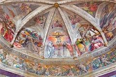 Brescia - frescoesna med den centrala bevekelsegrunden för korsfästelse i den huvudsakliga absid av kyrkliga Chiesa del Santissim Arkivbild