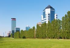 Brescia - il parco di Parco Tarello e le alte costruzioni moderne Immagini Stock Libere da Diritti