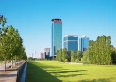 Brescia - il parco di Parco Tarello e le alte costruzioni moderne Fotografia Stock