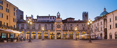 BRESCIA, ITALIË, 2016: Het panorama van Piazza het vierkant van de dellaloggia bij schemer Royalty-vrije Stock Foto