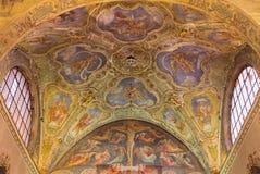 BRESCIA, ITALIË - MEI 22, 2016: De plafond barokke fresko's van zijkapel en gotische -gotisch-renaisscane fresko van Kruisiging stock foto