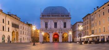BRESCIA, ITALIA, 2016: El panorama del cuadrado y del della Logia de la logia del della de la plaza de Palazzo en la oscuridad Imagen de archivo