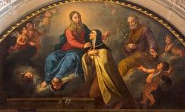 BRESCIA ITALIEN, 2016: Den måla Sten Theresia som får från Madonna den guld- halsbandet i Chiesa di San Pietro i Olvieto arkivbild