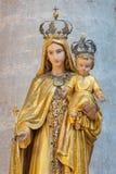 BRESCIA ITALIEN: Den sned polychrome statyn av Madonna i kyrkliga Chiesa di Santa Maria del Carmine royaltyfri bild