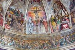 BRESCIA, ITALIEN: Freskos mit dem zentralen Motiv der Kreuzigung in der Hauptapsis von Di Cristo Kirche Chiesa Del Santissimo Cor Lizenzfreies Stockbild