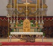 BRESCIA ITALIEN - MAJ 22, 2016: Den moderna altaretabellen och sedesna i duomoen Nuovo kyrktar vid Luciano Minguzzi 1984 Royaltyfria Foton