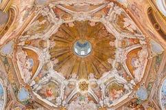 BRESCIA ITALIEN - MAJ 21, 2016: Freskomålningen av kupolen med symbolerna av huvudsakliga förtjänster i Chiesa di Santa Maria del Arkivbild