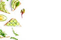 Breskfast da aptidão com backgroun branco da tabela dos sanduíches caseiros imagens de stock