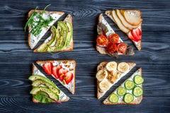 Breskfast da aptidão com opinião superior do fundo escuro caseiro da tabela dos sanduíches imagem de stock