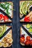 Breskfast da aptidão com opinião superior do fundo escuro caseiro da tabela dos sanduíches fotografia de stock royalty free