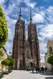 Breslau, Polen - 3. Mai 2019: Kathedrale von Johannes in Breslau, weiße Wolken des Landschaftsfrühlingstagesblauen Himmels lizenzfreie stockfotografie