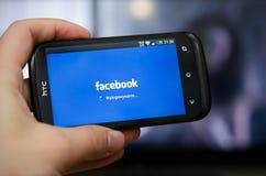 BRESLAU, POLEN - 10. SEPTEMBER 2014: Übergeben Sie das Halten von Smartphone mit beweglicher APP Facebook-Sozialen Netzes Stockbilder