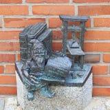 Breslau stellen, kleine Märchenbronzefigürchen auf dem Seitenweg, Breslau, Polen in den Schatten Lizenzfreies Stockbild