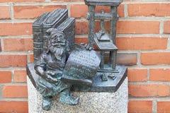 Breslau stellen, kleine Märchenbronzefigürchen auf dem Seitenweg, Breslau, Polen in den Schatten Lizenzfreie Stockfotos