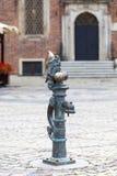 Breslau stellen, kleine Märchenbronzefigürchen auf dem Seitenweg, Breslau, Polen in den Schatten Lizenzfreies Stockfoto