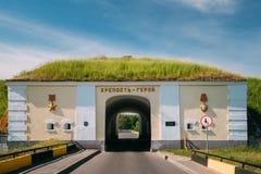 Brest, Bielorrusia Puertas septentrionales de la fortaleza de Brest en Sunny Summer imagenes de archivo