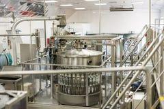 Brest destylarnia Sklep dla rozlewniczej ajerówki, automatyczne podsadzkowe maszyny Zdjęcia Royalty Free