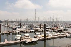 Brest, Francia opinión al aire libre panorámica del 28 de mayo de 2018 del puerto deportivo del sete muchos botes pequeños y yate Imagenes de archivo