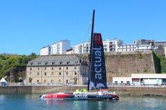 BREST, FRANKREICH - 18. JULI: Französisches Rennsegelboot tatsächlich in Brest h Lizenzfreie Stockfotografie
