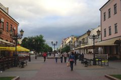 Brest Vitryssland - Juni 14, 2014: Folket går på en sommarafton längs den fot- Sovetskaya gatan och vilar i gatakaféer royaltyfria foton