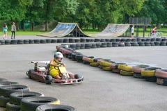 Brest, Weißrussland - 27. Juli 2018: Fahrer in kart tragendem Sturzhelm, Anzug laufend nehmen an kart Rennen teil lizenzfreie stockbilder