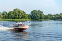 BREST, WEISSRUSSLAND - 28. JULI 2018: Boot mit Durchgängen auf dem Fluss stockfoto