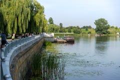 BREST, WEISSRUSSLAND - 28. JULI 2018: Damm des Mukhovets-Flusses, Brest lizenzfreies stockfoto