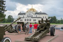 BREST, WIT-RUSLAND - JULI 28, 2018: Oude houwitsertijden van de Tweede Wereldoorlog in de Vesting van Brest wit-rusland royalty-vrije stock foto