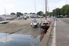 Bresta, França opinião exterior panorâmico do 28 de maio de 2018 do porto do sete muitos botes e iate alinhou no porto Água calma Imagens de Stock Royalty Free