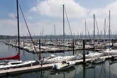 Bresta, França opinião exterior panorâmico do 28 de maio de 2018 do porto do sete muitos botes e iate alinhou no porto Água calma Fotos de Stock