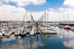 Bresta, França opinião exterior panorâmico do 28 de maio de 2018 do porto do sete muitos botes e iate alinhou no porto Água calma Imagens de Stock
