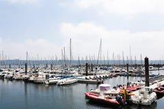 Bresta, França opinião exterior panorâmico do 28 de maio de 2018 do porto do sete muitos botes e iate alinhou no porto Água calma Fotografia de Stock