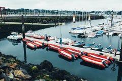 Bresta, França opinião exterior panorâmico do 31 de maio de 2018 do porto do sete muitos botes e iate alinhou no porto Foto de Stock Royalty Free