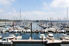 Bresta, França opinião exterior panorâmico do 28 de maio de 2018 do porto do sete muitos botes e iate alinhou no porto Imagens de Stock Royalty Free