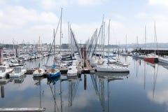 Bresta, França opinião exterior panorâmico do 28 de maio de 2018 do porto do sete muitos botes e iate alinhou no porto Foto de Stock