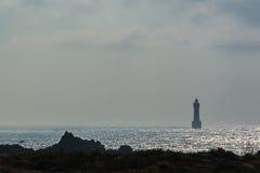 Bretaña, isla de Ouessant y faro de la yegua contra imagen de archivo
