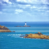 Bretagne-Ozeanpanorama, Inseln und Leuchtturm Point du Grouin. Cancale, Frankreich Stockfotografie