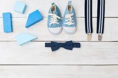 Bretelles, un noeud papillon et chaussures bleues pour un garçon Vue de ci-avant Image libre de droits