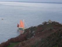 Bretońska ` s żaglówka przy morzem Widzieć od daleko - Brittany - Obraz Royalty Free