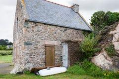 Breton hus för typisk sten i den Plougrescant staden Arkivbilder
