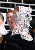 Breton kvinna i traditionell broderi Arkivbild