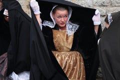 Breton kvinna i traditionellt dräktnederlag från regnet Arkivfoton