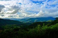 Brett berglandskap, härliga moln fotografering för bildbyråer