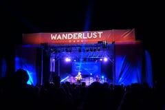 Brett Dennen utför på etapp under en aftonkonsert på Wande Royaltyfri Foto