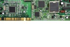 Brett der elektronischen Schaltung auf weißem Hintergrund Freier Platz für Text Lizenzfreie Stockbilder
